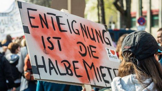 """Protestplakat mit der Aufschrift """"Enteignung ist die halbe Miete"""""""