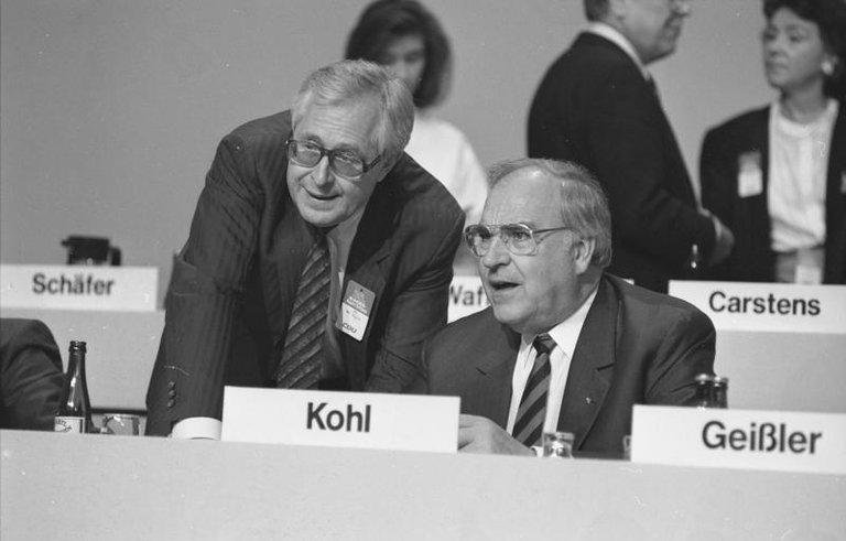Bernhard Vogel und Helmut Kohl 1988 auf dem CDU-Bundesparteitag in Wiesbaden
