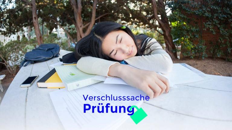 Auf Büchern schlafende Schülerin